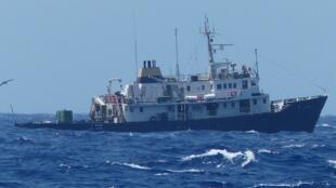 """Navio antimigrantes C-Star, fretado por militantes da extrema-direita europeia para """"acabar com o fluxo de refugiados vindos do norte de África""""."""