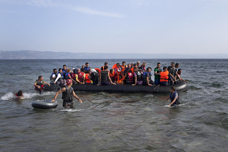 Лодка с сирийскими мигрантами у берегов греческого острова Лесбос.
