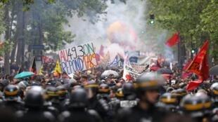 Pour la troisième journée consécutive, les manifestants ont défilé dans les rues de la capitale contre la réforme du code du travail à Paris, le 19 mai 2016.