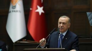 O presidente turco Recep Tayyip Erdogan descarta negociação e exige que forças curdas entreguem as armas