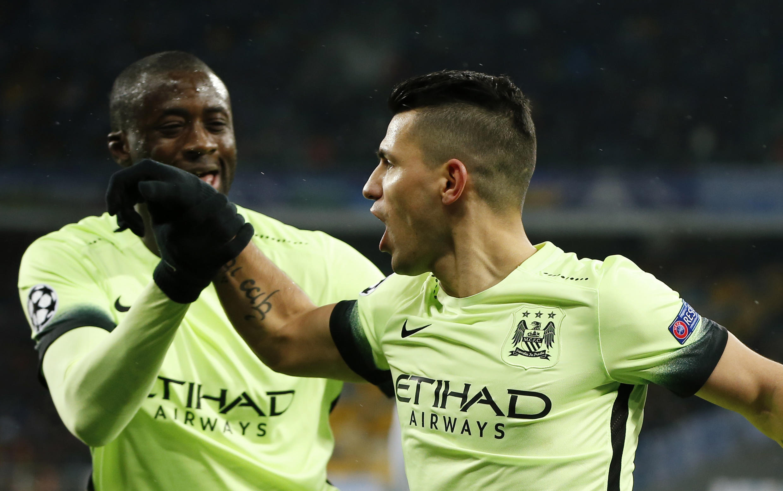 Mchezaji kutoka Cote d'Ivoire Yaya Touré (kushoto) na mchezaji kutoka Argentina Sergio Aguero wakati wa ushindi wa mabao 3-1 ya Manchester City dhidi ya Dynamo Kiev.