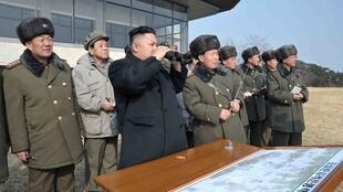 朝鮮領導人金正恩(中)視察火炮射擊演習2013年2月26日朝中社發表照片未註明日期