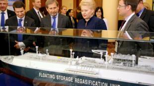 Le commissaire européen à la Politique régionale Johannes Hahn et la présidente lituanienne Dalia Grybauskaite examinent le premier terminal flottant de gaz naturel liquéfié qui sera opérationnel en 2015.