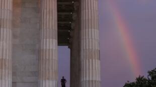Le soleil se lève sur le Lincoln Memorial ce 19 juin, jour qui célèbre l'émancipation des esclaves afro-américains par Lincoln il y a plus d'un siècle et demi, à Washington.