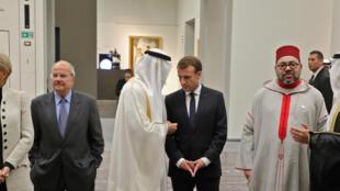 Le roi du Maroc Mohammed VI, Brigitte Macron et le président Emmanuel Macron, visitent le Louvre Abou Dhabi en compagnie du prince héritier d'Abou Dhabi Cheikh Mohammed ben Zayed Al-Nahyane.