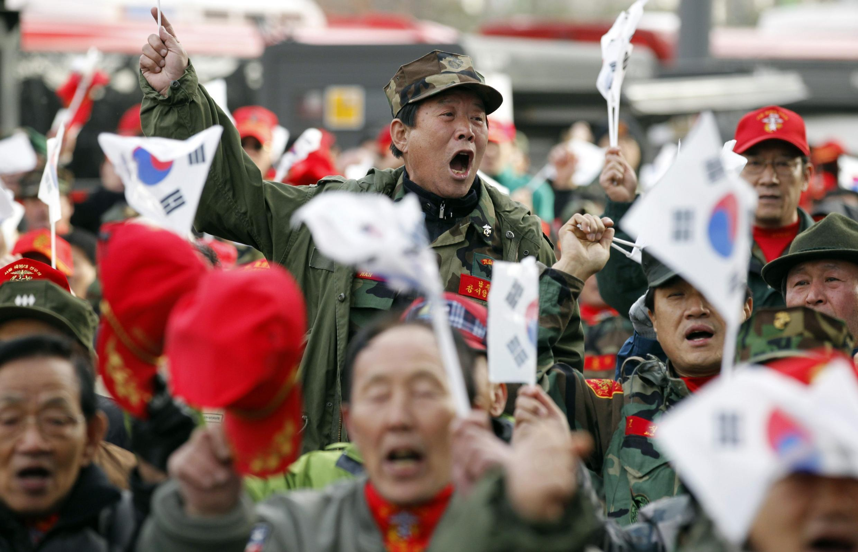 Durante manifestaçao em Seul neste sábado, ex-combatentes sul-coreanos pedem uma resposta firme do seu país contra a Coreia do Norte