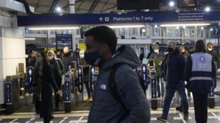 Personas con mascarilla transitan por la estación Victoria, el 21 de diciembre de 2020 en Londres