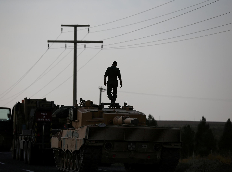 Un soldat turc debout sur un char d'assaut non loin de Ceylanpinar, vers la frontière turco-syrienne, le 18 octobre. (Photo d'illustration)