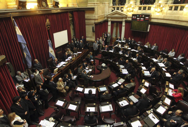 La ley se aprobó con 33 votos a favor, 27 en contra y 3 abstenciones, tras una maratónica sesión en el Senado de más de 13 horas.