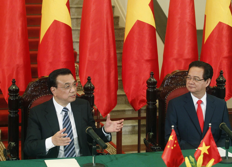 Thủ tướng Trung Quốc Lý Khắc Cường (T) và đồng nhiệm Việt Nam Nguyễn Tấn Dũng trong cuộc họp báo tại Hà Nội, 13/10/2013