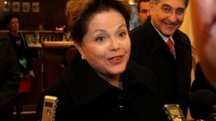 Dilma conversa com jornalistas, em Hannover.