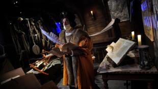Un actor que interpreta el papel de Cristóbal Colón actúa durante el espectáculo 'Allende la mar océana' en el parque temático Puy du Fou, el 27 de marzo de 2021 a las afueras de la ciudad española de Toledo