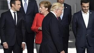 ترامپ، مرکل و ماکرون در اجلاس ناتو در سال 2017