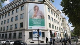 Un portrait géant de Sophie Pétronin placardé sur un bâtiment des Invalides, à Paris, pour rappeler la situation de l'otage au Mali.