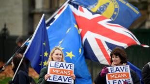 Người chống và ủng hộ Brexit biểu tình tại trung tâm Luân Đôn ngày 6/12/2018.