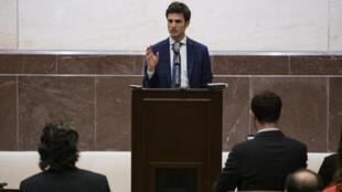 Omar Alshogre s'exprime à Washington sur les crimes de guerre en Syrie, en mars 2020.
