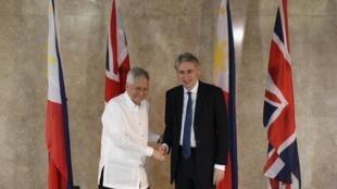 Ngoại trưởng Philippines, Albert del Rosario tiếp đồng nhiệm Anh quốc, Philip Hammond (phải), tại trụ sở Bộ Ngoại giao, Manila 07/01/2016.