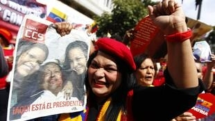 Partidários de Chávez comemoram volta de presidente na praça Bolívar, em Caracas, nesta segunda, 18/02/13.