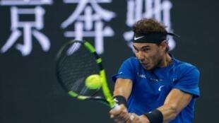 L'Espagnol Rafael Nadal, N.1 mondial, face à l'Australien Nick Kyrgios en finale du tournoi de Pékin, le 8 octobre 2017