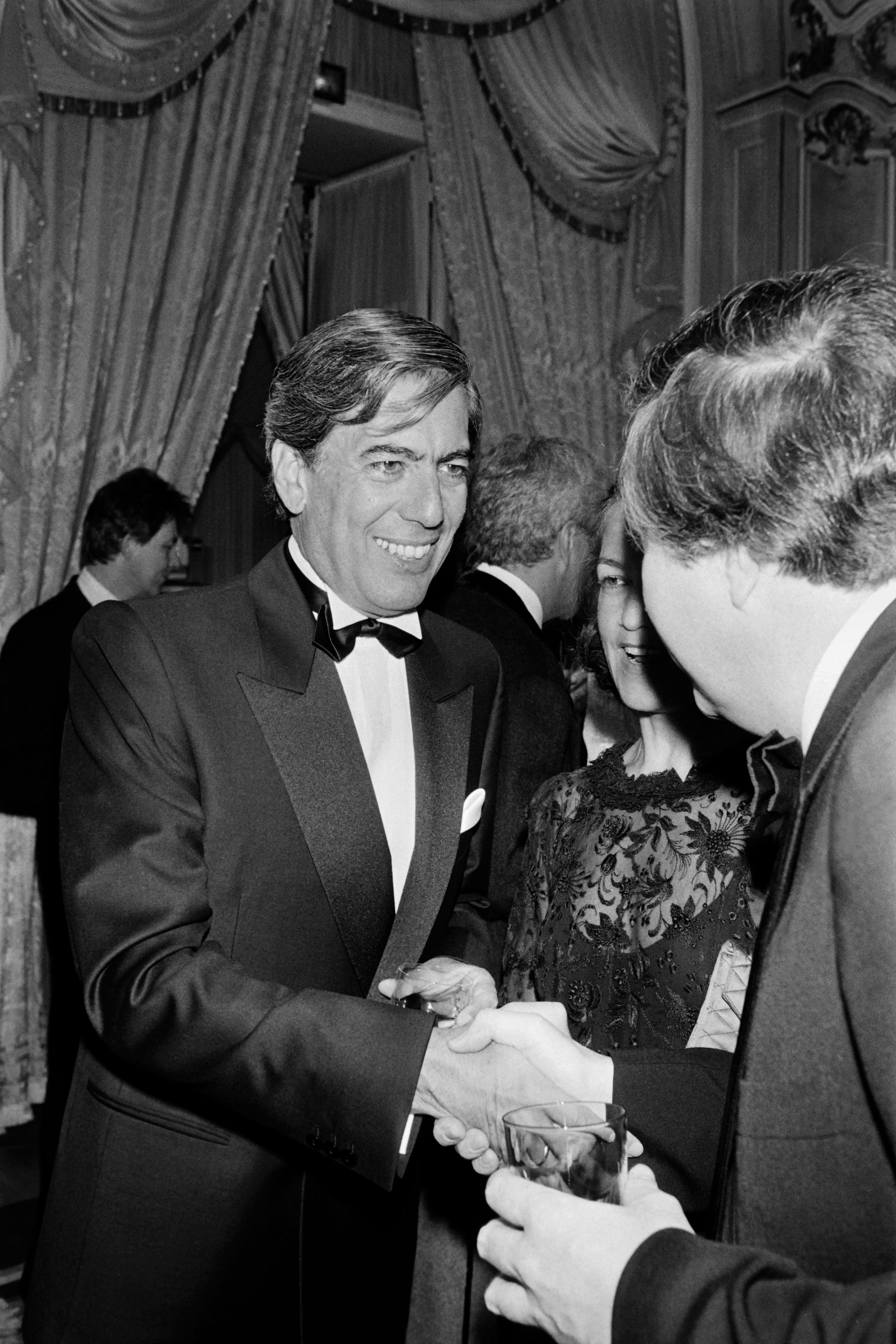 یوسا، مارس ۱۹۸۵، هنگام دریافت جایزه همینگوی در هتل ریتز در پاریس، جایی که ارنست همینگوی، نویسنده آمریکایی، مدتی در آن اقامت داشت