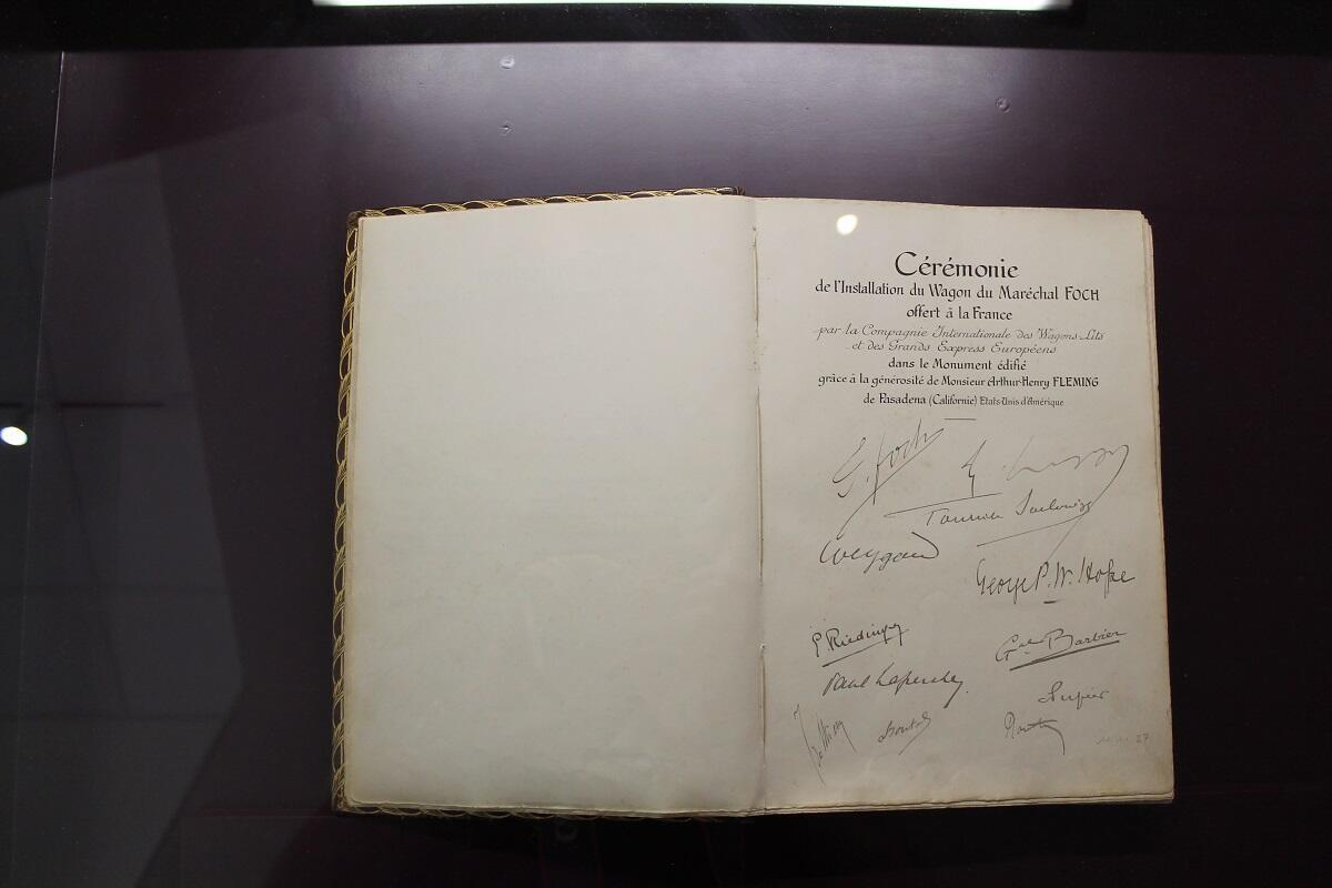 Le livre d'or signé par les chefs d'État et ce 10 novembre par Angela Merkel et Emmanuel Macron.