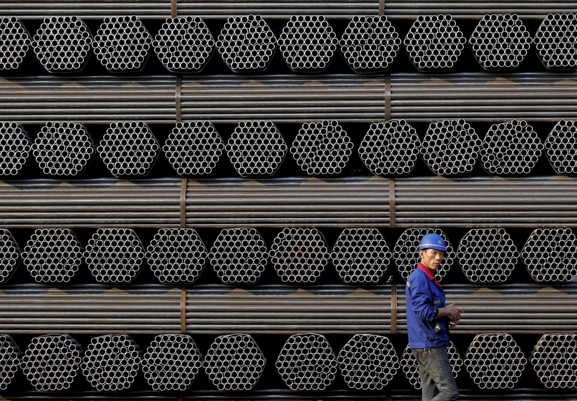 Một nhà máy ở tỉnh Hà Bắc, Trung Quốc. Mỗi năm, Trung Quốc sản xuất thừa 350 triệu tấn thép.