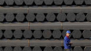 Une pile de tuyaux en acier dans une usine basée dans la province de Hebeï, en Chine.