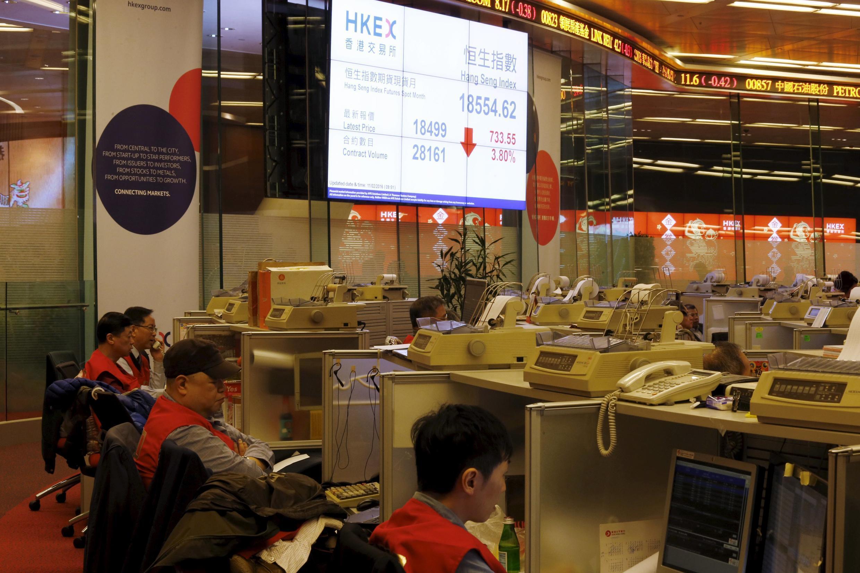 Tại một phiên giao dịch ở sàn chứng khoán Hồng Kông, ngày 11/02/2016.
