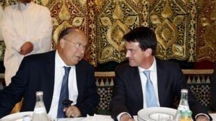 Le recteur de la mosquée de Paris, Dalil Boubakeur, et son hôte Manuel Valls, ministre français de l'Intérieur, lors d'une rupture du jeûne du ramadan le 21 juillet 2012.