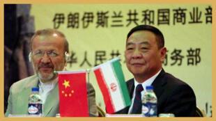 """photo extraité du site """"news Xinhua"""": Chen Jian, le vice-ministre de l'Economie chinois s'entretient avec le ministre irannais des affaires étrangères.(2010/5/10)"""