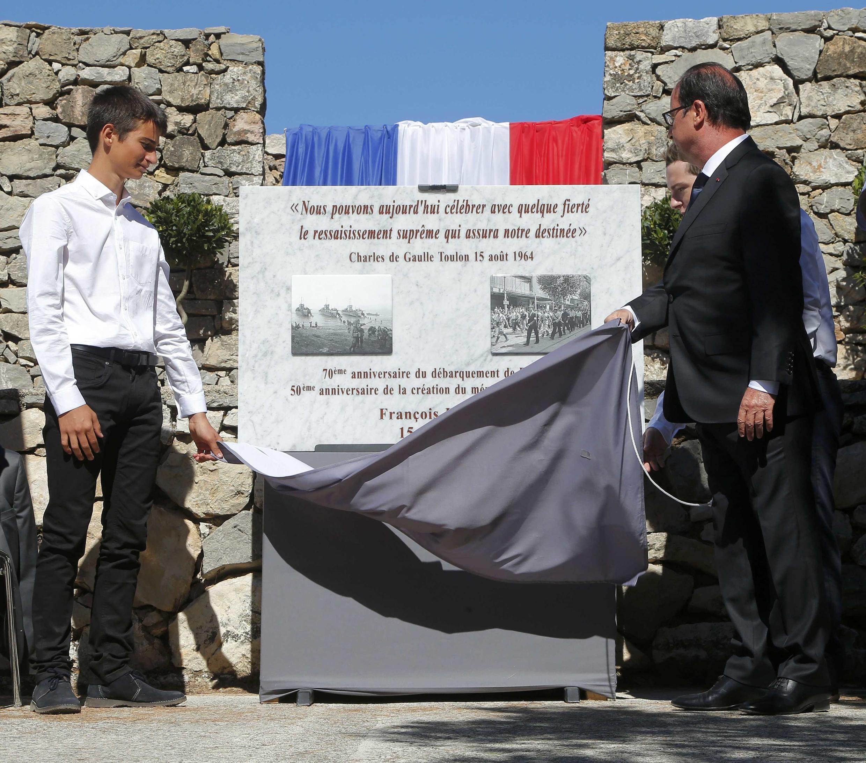 Presidente francês, François Hollande, inagura placa do 70° aniversário do desembarque das tropas aliadas na Provence, no memorial de Toulon, nesta sexta-feira (15).