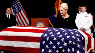美国参议员麦凯恩的妻子站在其棺木前 2018年8月29日