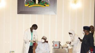 Shugaban Najeriya Muhammad Buhari yayin karbar allurar rigakafin cutar Korona.