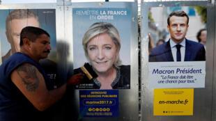 Des affiches de Marine Le Pen (G) et d'Emmanuel Macron (D), les deux candidats qualifiés pour le second tour de la présidentielle française.