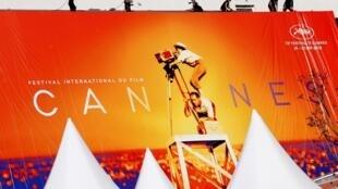 L'installation de l'affiche géante au Palais du Festival à Cannes. La 72e édition aura lieu du 14 au 25 mai 2019.