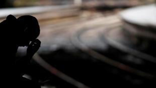 法国大罢工交通严重紊乱,图为一名男子在巴黎Saint-Lazare火车站空等。