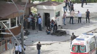 Une voiture piégée a explosé, dimanche 1er mai 2016, devant un poste de police de Gaziantep, en Turquie.
