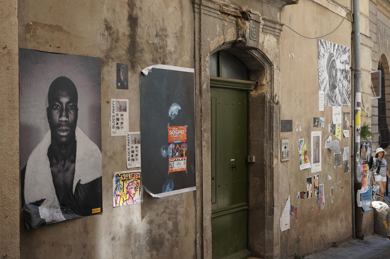 Os muros de Arles se transformam em paredes de exposição ao ar livre durante o verão.