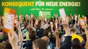 Les Verts ont décidé de soutenir la politique nucléaire d'Angela Merkel, présentée par leur leader Jürgen Trittin, comme une victoire du mouvement écologiste, Berlin le 25 juin 2011.