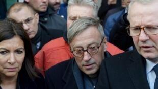 Mgr Patrick Chauvet (centre), recteur de la cathédrale Notre-Dame de Paris.