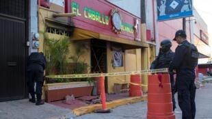 """Policiais mexicanos cercam o bar """"El Caballo Branco"""", atacado na terça-feira 28 de agosto de 2019."""