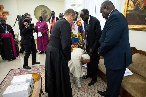 Pope Francis kisses feet of South Sudan President Salva Kiir at Vatican spiritual retreat April 11, 2019