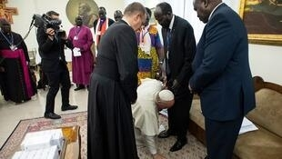 Pope Francis kisses feet of South Sudan President Salva Kiir at Vatican spiritual retreat April 11, 2019