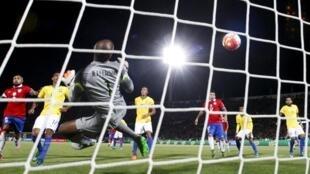 Goleiro Jefferson não consegue defender chute do chileno Eduardo Vargas, que abriu o placar na vitória do Chile.