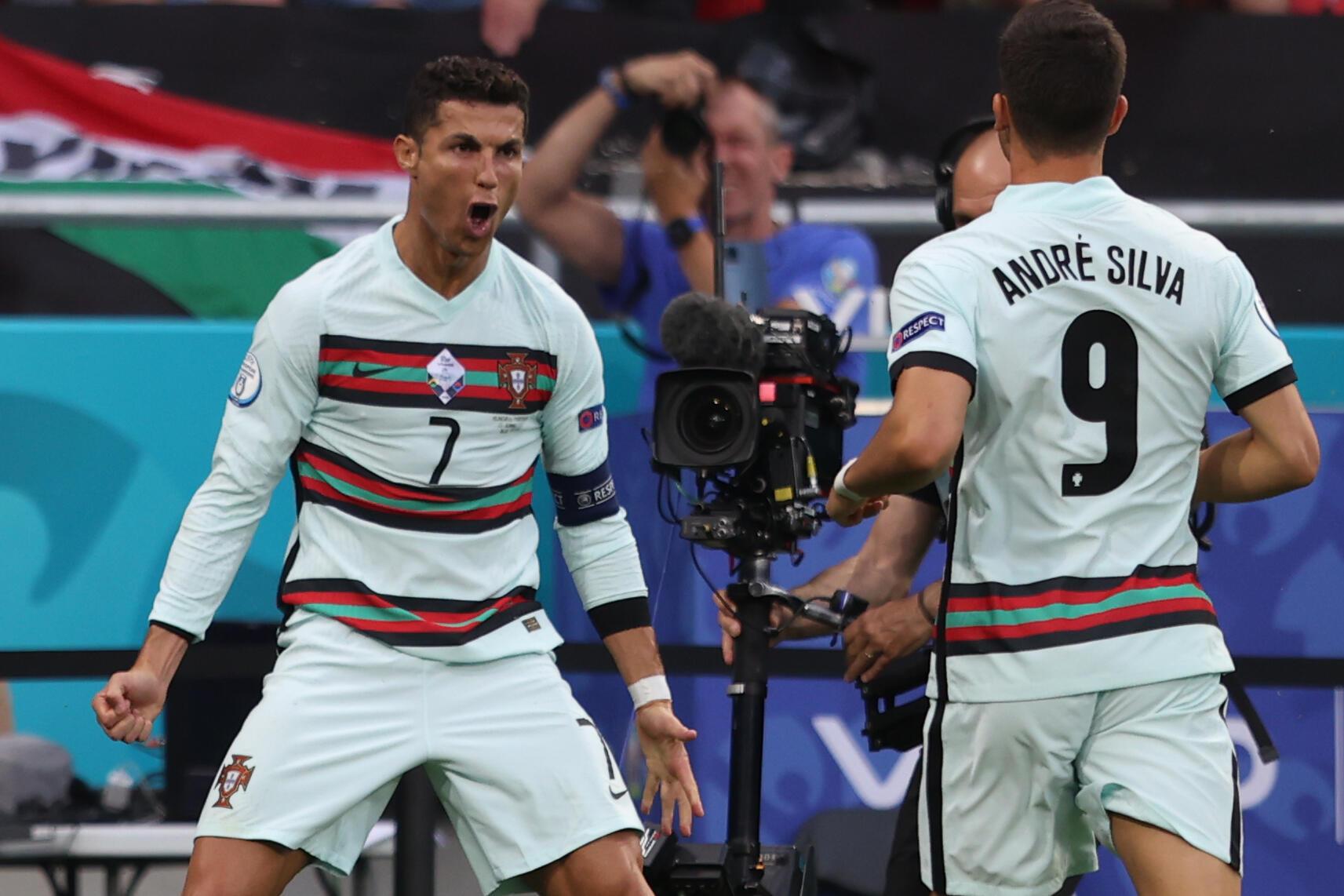 Dan wasan Fotigal da Jeventus Cristiano Ronaldo yayin da yake nasarar cin kwallaye biyu a gasar Euro 2020 bayan nasara kan Hungary da 3 da 0, ranar 15 ga watan Yuni 2021