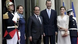 French President Francois Hollande welcomes Spain's King Felipe VI and Queen Letizia at the Elysee Palace in Paris, France, June 2, 2015.