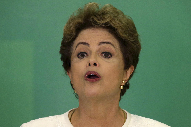 La présidente du Brésil Dilma Rousseff en conférence de presse le 2 décembre 2015, après l'annonce de l'ouverture d'une procédure de destitution à son encontre.