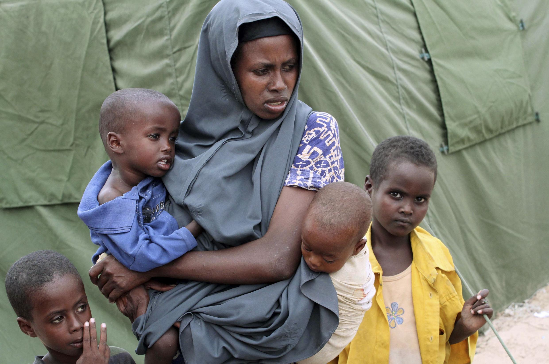 Une réfugiée somalienne attend pour des soins médicaux dans un camp de Mogadiscio