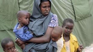 Uma refugiada Somali à espera de cuidados médicos num campo de Mogadiscio