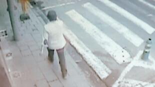 Imagens de vídeo do terceiro suspeito dos atentados no aeroporto de Bruxelas.